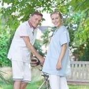 Pflegepersonal aus dem Ausland mit Patient