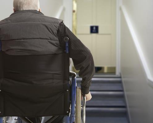 Plattformlift zur Hilfe für Rollstuhlfahrer