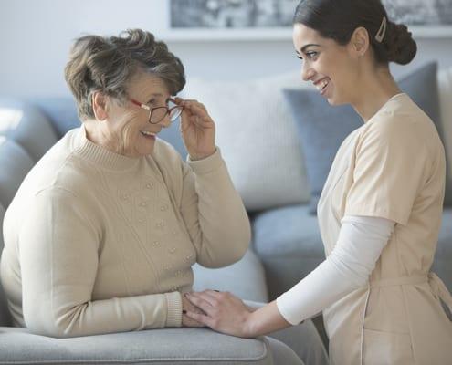 Seniorenbetreuerin aus dem Ausland mit Patientin