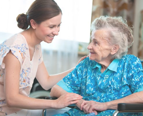 Seniorenbetreuerin bei Patientin zu Hause