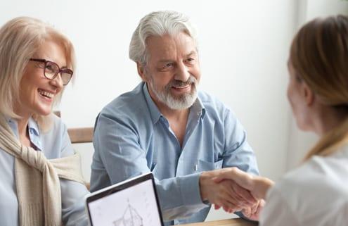 Pärchen informiert sich über Finanzierung der 24-Stunden-Pflege