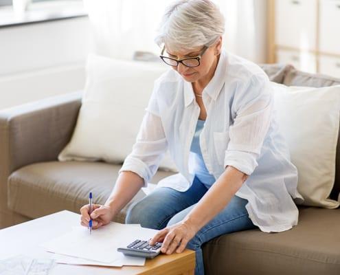 seniorin berechnet die Kosten für die 24-Stunden-Pflege