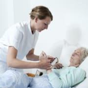 24-Stunden-Pflegekraft mit Patientin