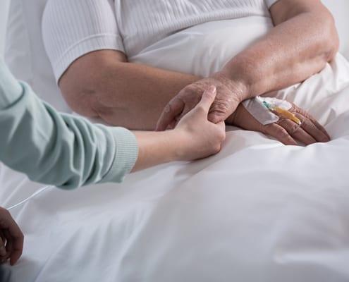 Pfleger während der 24-Stunden-Intensivpflege