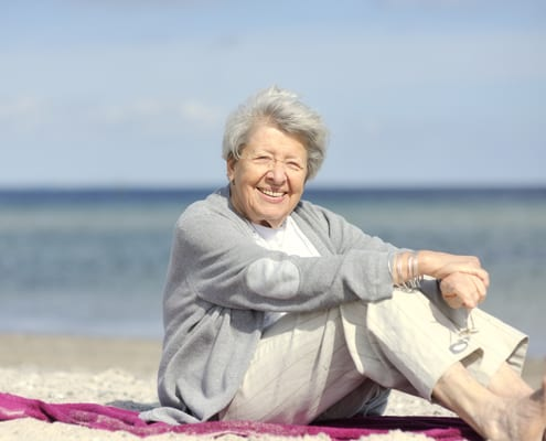 Seniorin genießt die Ostsee in polnischem Pflegeheim