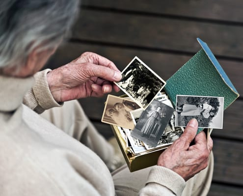 Patient mit einer Form von Demenz betrachtet Bilder