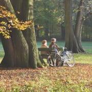 Senioren genießen den Herbst