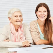 Pflegebedürftige aus Bayern füllt Antrag auf Landespflegegeld aus