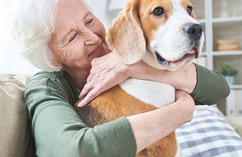 Seniorin mit Haustier