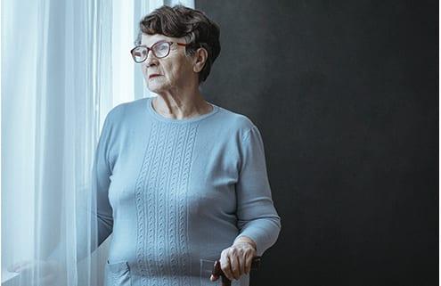 Besorgte Seniorin nach einem Betrug