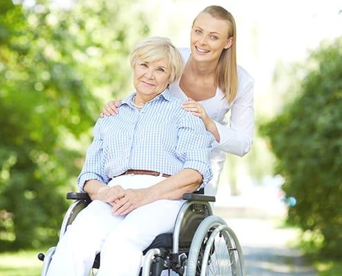 Seniorin wird von Fahrdienst abgeholt