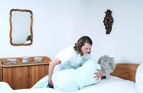 Pflegerin verhindert Wundliegen (Dekubitus)