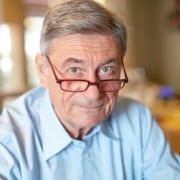 Senior berechnet die Kosten für 24-Stunden-Pflege zu hause