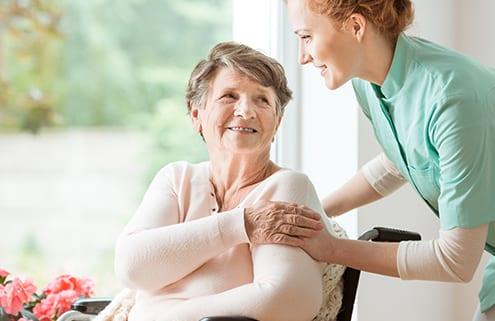 polnische Haushaltshilfe und Pflegekraft mit Patientin