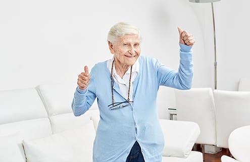 fröhliche Seniorin mit künstlichem Gelenk