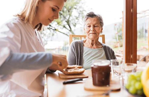 Pflegekraft aus Polen mit Patientin