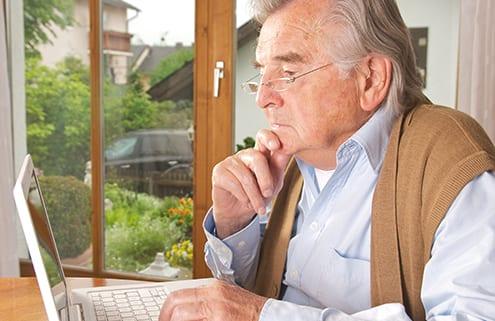 Senior auf Suche nach Pflegevermittlung