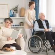 Familie mit Pflegepersonal für Zuhause