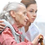 Altenpflegerin während der Betreuung