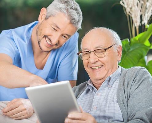 Senior beim Kostenvergleich für Pflegeheim