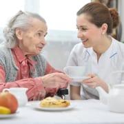 Altenbetreuerin mit Patientin