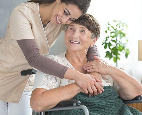 Senioren mit Altenpflegekraft zu Hause