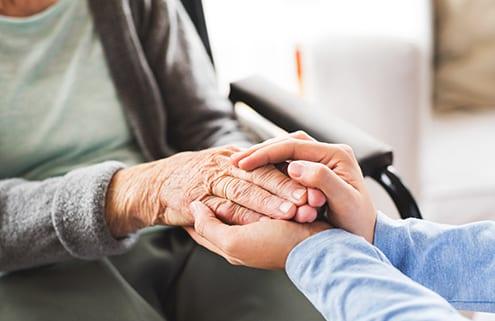 Ambulante Intensivpflegerin hält Hände