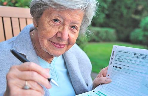 Seniorin vor Antrag auf Pflegegeld