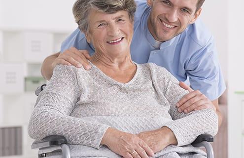 Rollstuhlfahrerin mit deutscher Seniorenbetreuung