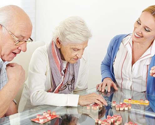 Senioren mit Parkinson und Demenz während der Betreuung