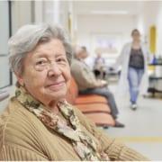 Unglückliche Demenzpatientin im Pflegeheim