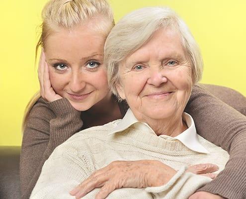 Seniorin mit polnischer Betreuungskraft