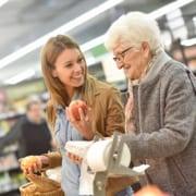 polnische Pflegekraft sucht Essen mit Patientin aus