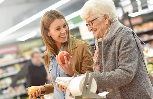 Polnische Pflegekraft sucht Lebensmittel aus
