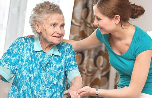 Seniorin mit privater Pflegekraft