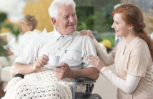 Senior mit privater Pflegehilfe