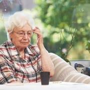 Rentnerin denkt über private Seniorenbetreuung nach