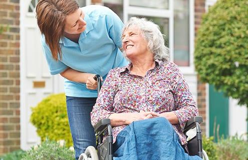 Seniorin auf dem Weg zur Tagespflege