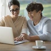 Seniorin sucht sich 24-Stunden-Pflegekraft aus
