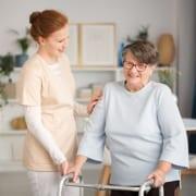 24-Stunden-Pflegekraft mit Seniorin