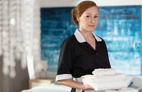 24-Stunden-Pflegekraft reinigt Wäsche