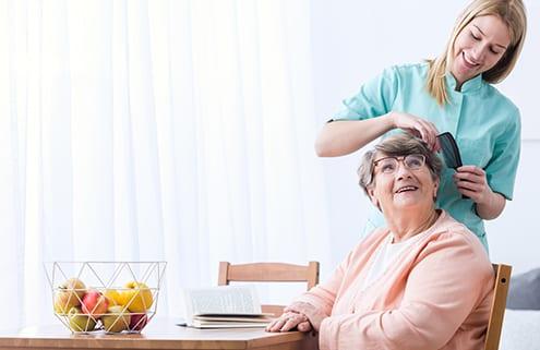 24-Stunden-Pflegerin unterstützt bei Körperpflege
