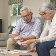 Senioren vergleichen Kosten für Platz im Altersheim