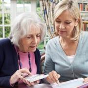 Familie berechnet, wer im Pflegefall wie viel zahlt
