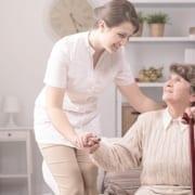 Betreuerin aus Polen hilft Seniorin