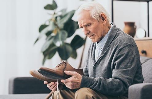 Mann mit Demenz benötigt 24-Stunden-Pflege