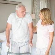 Familie prüft Voraussetzungen für 24-Stunden-Pflege zu Hause