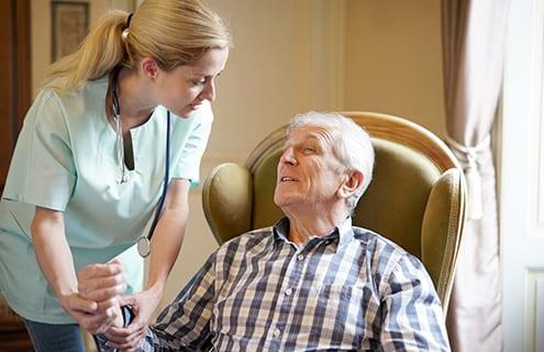 Senior lebt daheim mit seiner 24-Stunden-Pflegekraft
