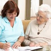 Familie vergleicht Angebote für 24-Stunden-Pflege