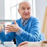 Senioren diskutieren über Umzug ins Pflegeheim oder 24-Stunden-Pflege